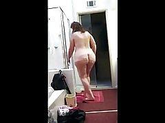 남자는 사이트 떠났지만 그의 아름 다운 엉덩이 아내를 두고